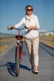 Vrouw en fiets in stad stock foto's