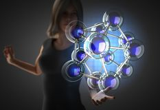 Vrouw en futusistic hologram Stock Foto's