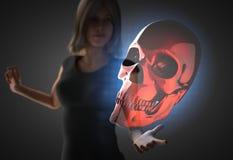 Vrouw en futusistic hologram Royalty-vrije Stock Afbeeldingen