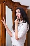 Vrouw en garderobe Royalty-vrije Stock Foto