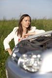 Vrouw en gebroken auto Stock Afbeeldingen