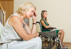 Vrouw en gehandicapt wijfje die ruzie hebben Stock Foto's