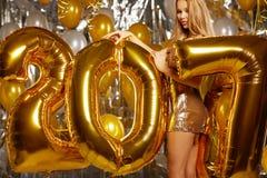 Vrouw en Gelukkige 2017 gouden Nieuwjaarballons Royalty-vrije Stock Afbeeldingen