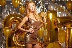 Vrouw en Gelukkige 2017 gouden Nieuwjaarballons Stock Afbeeldingen