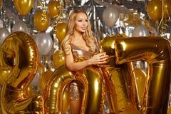 Vrouw en Gelukkige 2017 gouden Nieuwjaarballons Stock Foto's