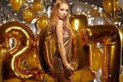 Vrouw en Gelukkige 2017 gouden Nieuwjaarballons Stock Afbeelding