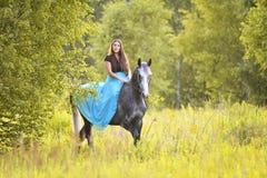 Vrouw en grijs paard royalty-vrije stock afbeelding