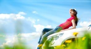 Vrouw en haar auto op het gebied Stock Afbeeldingen