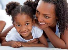Vrouw en haar dochter het ontspannen Stock Afbeelding
