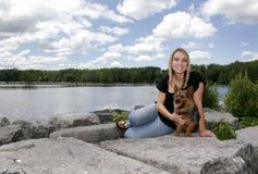 Vrouw en haar huisdierenhond Stock Fotografie
