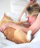 Vrouw en haar kat stock foto's