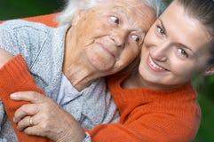 Vrouw en haar kleindochter Stock Foto's