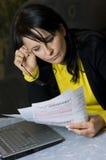 Vrouw en haar maandelijkse rekeningen Stock Foto