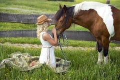 Vrouw en haar paard Stock Afbeeldingen