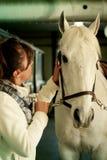 Vrouw en haar paard Stock Foto