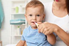 Vrouw en haar zoon met tandenborstel stock fotografie