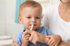 Vrouw en haar zoon met tandenborstel royalty-vrije stock afbeelding