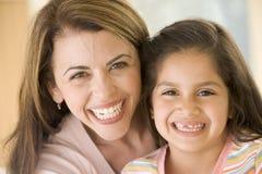 Vrouw en het jonge meisje glimlachen stock foto