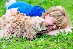 Vrouw en hond Stock Foto's