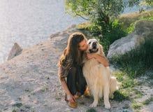 Vrouw en hond Stock Afbeeldingen