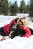 Vrouw en hond in de winter Stock Afbeelding