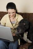 Vrouw en hond met laptop Stock Foto