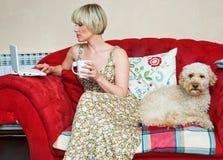Vrouw en hond op bank Royalty-vrije Stock Afbeelding