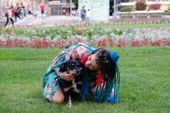 Vrouw en Hond in Park royalty-vrije stock afbeeldingen