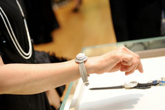 Vrouw en horloges Stock Fotografie