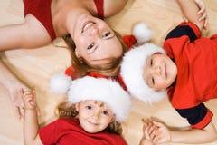 Vrouw en jonge geitjes in Kerstmistijd stock fotografie