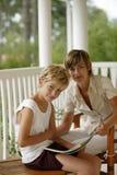 Vrouw en jongen die een boek lezen Royalty-vrije Stock Afbeelding
