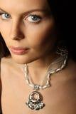Vrouw en juwelen. Stock Afbeelding