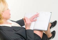 Vrouw en kalender Stock Afbeelding
