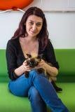 Vrouw en kat Stock Foto's
