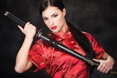 Vrouw en katana/zwaard Stock Afbeelding