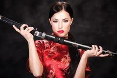 Vrouw en katana/zwaard Royalty-vrije Stock Afbeeldingen