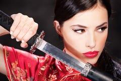 Vrouw en katana/zwaard royalty-vrije stock afbeelding