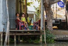 Vrouw en kind bij hun huis op de Mekong rivier dichtbij Cai Rang Stock Fotografie