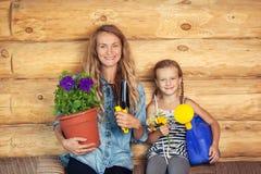 Vrouw en kind in de tuin stock fotografie