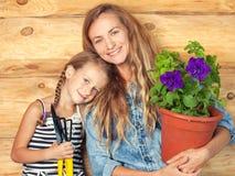 Vrouw en kind in de tuin stock afbeeldingen