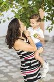 Vrouw en kind die citroenen opnemen Royalty-vrije Stock Foto's