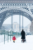 Vrouw en kind die door de Toren van Eiffel lopen Stock Foto's