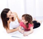 Vrouw en kind die op blocnote trekken Royalty-vrije Stock Fotografie