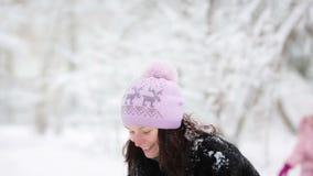 Vrouw en kind het spelen met sneeuw in de winter stock video
