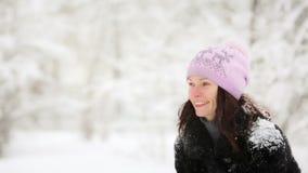 Vrouw en kind het spelen met sneeuw in de winter stock videobeelden