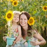 Vrouw en kind met zonnebloem royalty-vrije stock foto's