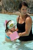 Vrouw en kind in pool Royalty-vrije Stock Foto's