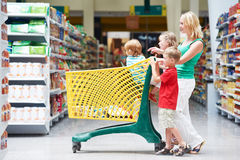 Vrouw en kinderen die het winkelen maken Royalty-vrije Stock Fotografie