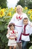 Vrouw en kinderen in nationale Oekraïense kostuums Stock Foto's