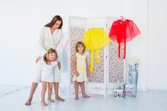 Vrouw en kinderen in slaapkamer Royalty-vrije Stock Fotografie
